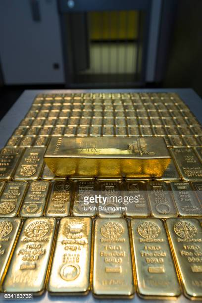 Gold house Pro Aurum in Munich The symbol photo shows gold bars weighing 1000g 500g and 250g and a gold bar weighing 125kg
