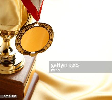 Médaille d'or suspendu de trophée