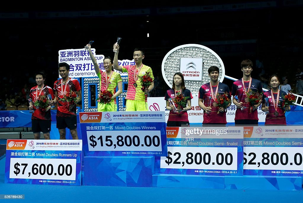 Gold medalists Zhao Yunlei (3rd L) and Zhang Nan (4th L) of China pose with silver medalists Tontowi Ahmad (2nd L), Liliyana Natsir (L) of India, bronze medalists Ko Sung Hyun (3rd R), Kim Ha Na (4th R) of South Korea and Shin Baek Cheol (2nd R) and Chae Yoo Jung (R) of South Korea pose during the award ceremony of the mixed doubles at the 2016 Badminton Asia Championships in Wuhan, central China's Hubei province on May 1, 2016. / AFP / STR / China OUT