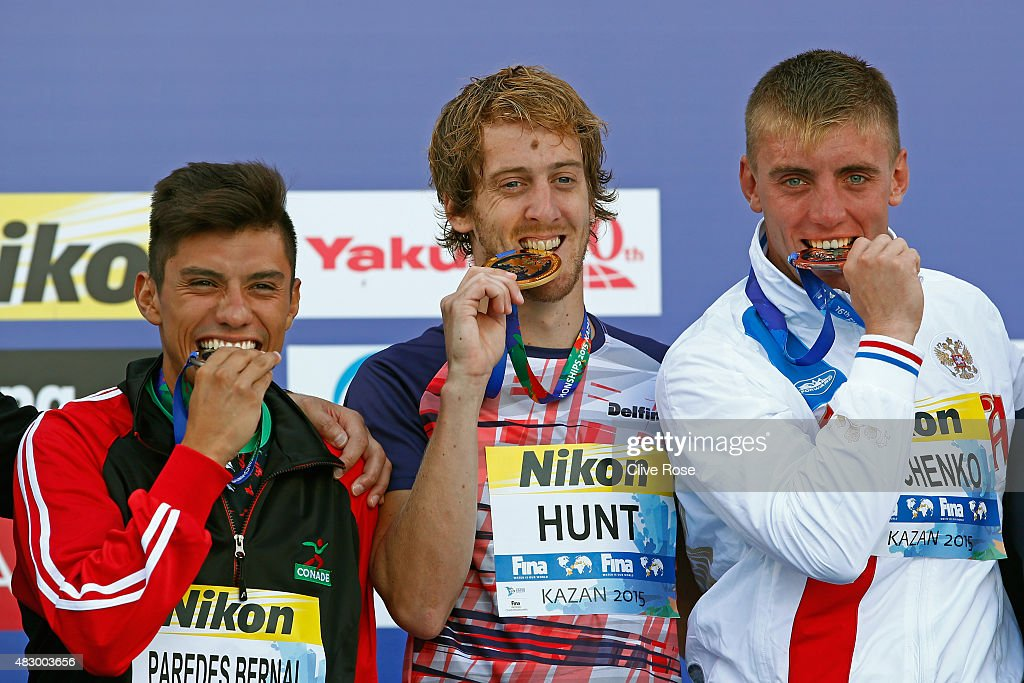 Gold medallist Gary Hunt of Great Britain poses with silver medallist Jonathan Paredes Bernal of Mexico and bronze medallist Artem Silchenko of...