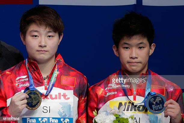 Gold medallists Yajie Si and Xiaohu Tai of China pose during the medal ceremony for the 10m Platform Synchronised Mixed Diving Final on day one of...