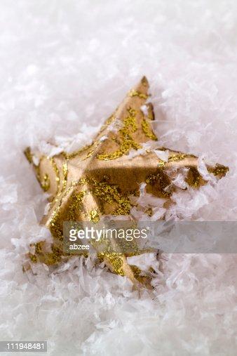 Estrella de oro de navidad en la nieve foto de stock for Estrella de nieve