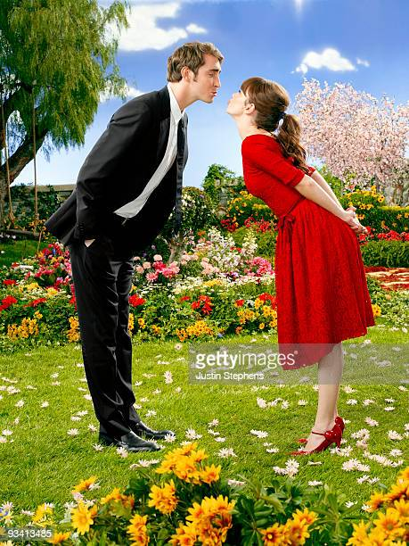 DAISIES Golden Globe¨ nominee Lee Pace and Anna Friel star in the visually stunning series 'Pushing Daisies'