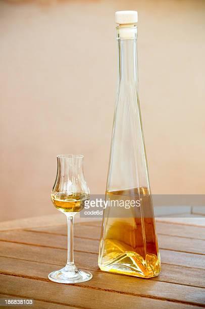 Licor de oro, espíritu botella y copa