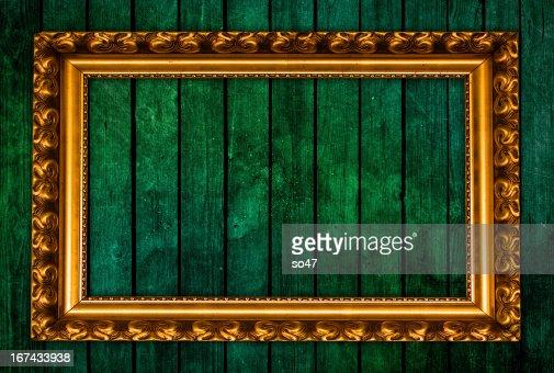 Foto Moldura de ouro sobre fundo verde : Foto de stock