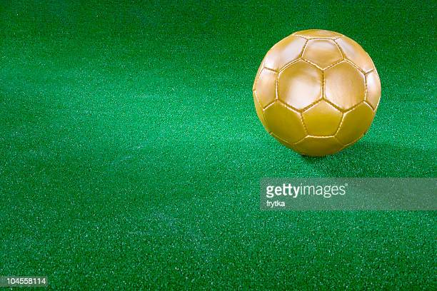 golden ballon de football sur l'herbe