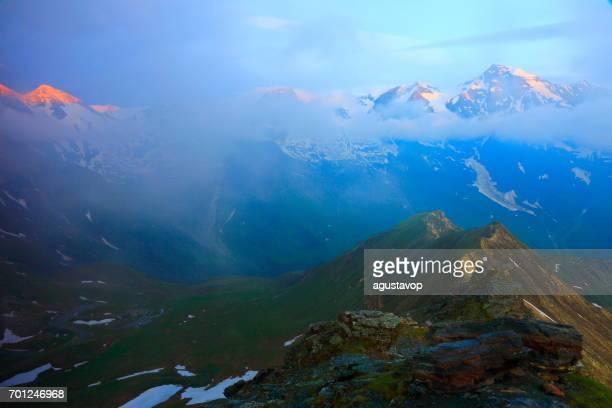 Golden Sunrise und majestätischen hohen Tauern schneebedeckten österreichischen Gebirge - Tirol Alpen dramatische Wolkengebilde Himmel und Landschaft und Großglockner-massiv