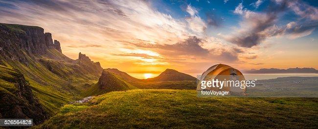 ゴールドの日の出イルミネイティングテントキャンプドラマティックな山の景色をパノラマに広がるスコットランド