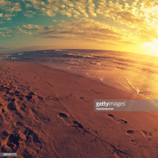 Goldener Sonnenuntergang Meer mit Dramatischer Himmel