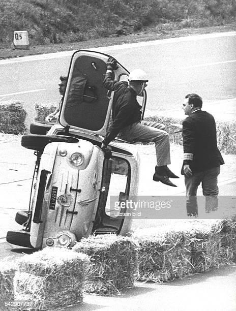 Goldener Bär von Berlin 1965 Rennfahrer Horst Garsching klettert aus seinem Fiat Kleinwagen der beim Geschicklichkeitsrennen umgestürzt ist Mai 1965