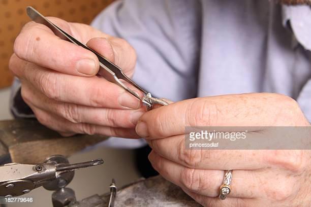 Goldschmied arbeitet auf Platinum-Ring