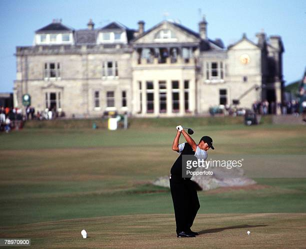 Golf 2000 British Open Golf Championship St Andrews Scotland 2023rd July 2000 Tiger Woods playing off the 18th tee with the St Andrews clubhouse in...