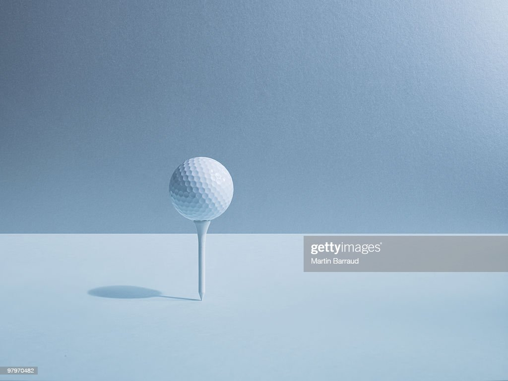 Golf ball balancing on tee : Stockfoto