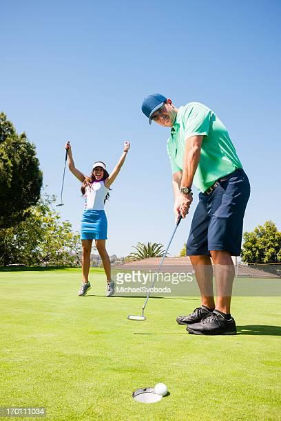 ゴルフのカップルパッティンググリーン