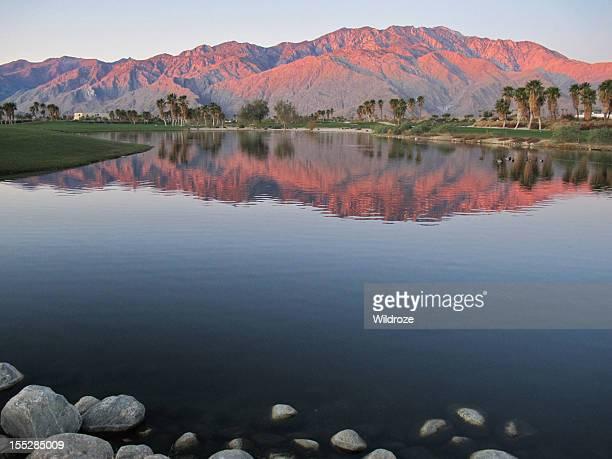 Parcours de Golf à l'aube avec le lever de soleil doré montagnes