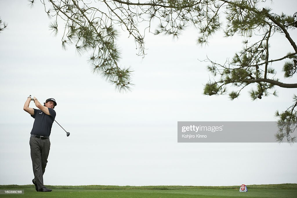 Overall view of Phil Mickelson in action during Thursday play at Torrey Pines GC. Kohjiro Kinno F230 )