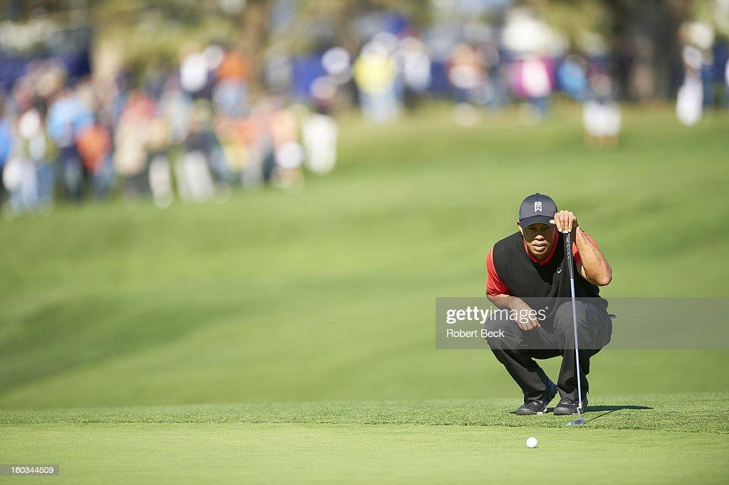 Tiger Woods reading the green during Monday play at Torrey Pines GC. Robert Beck F6 )