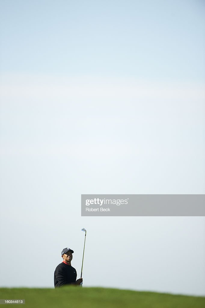 Tiger Woods watches his ball during Monday play at Torrey Pines GC. Robert Beck F37 )