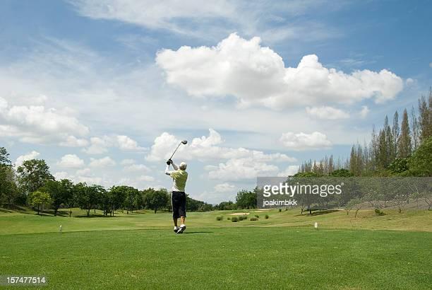 Giocatore di golf in azione in campo da golf tropicali della Tailandia