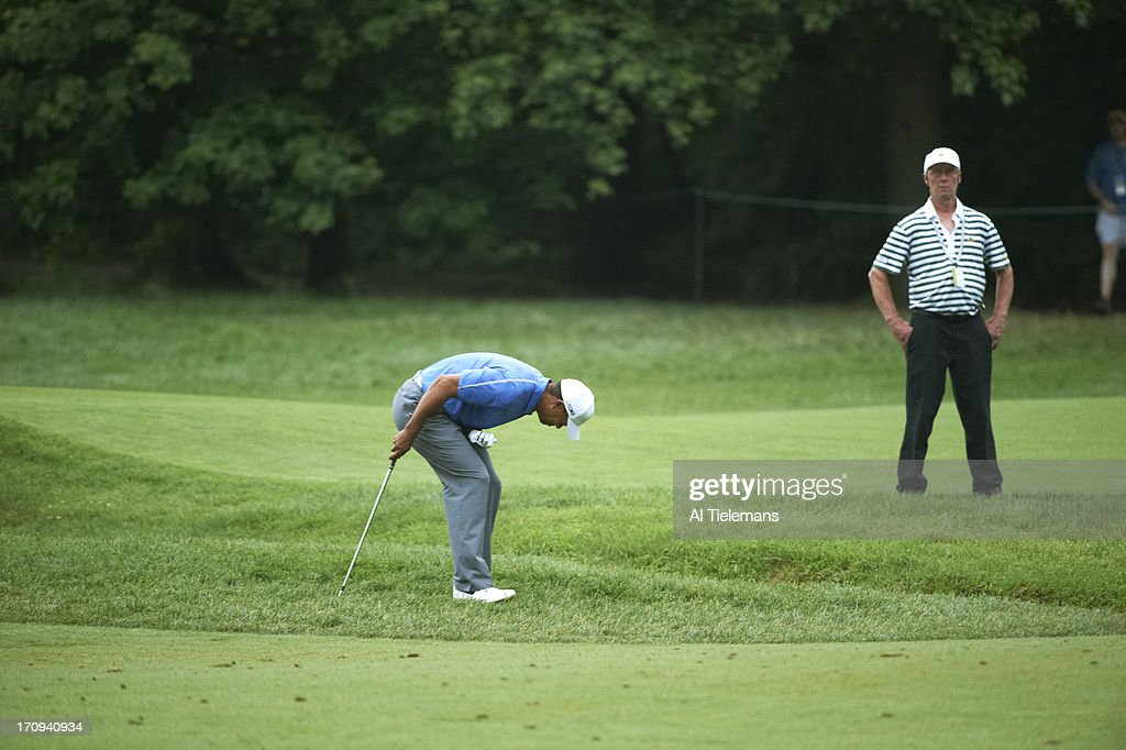 Tiger Woods upset from No 11 rough after hurting wrist during Thursday play at Merion GC. Al Tielemans F197 )