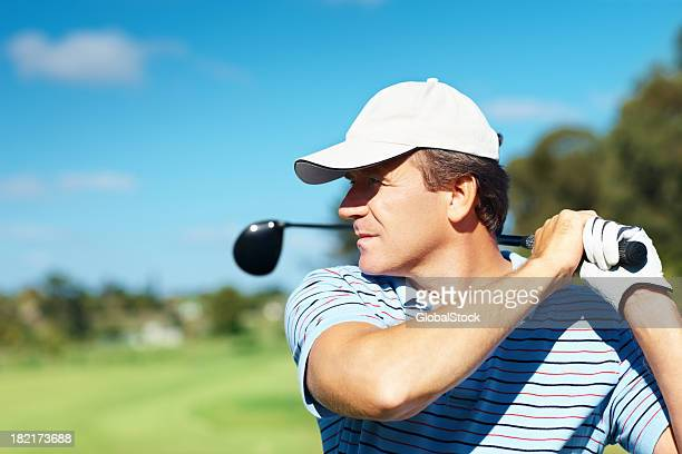 Golfeur pendant le suivi de son swing