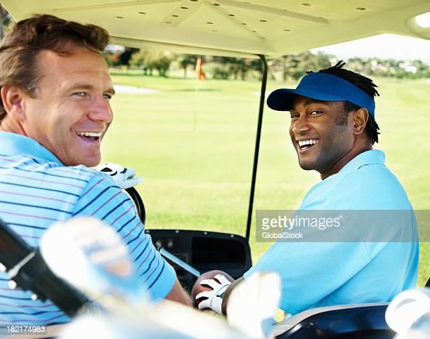 Golfer Fahren Sie am Golfplatz in Ihr caddy