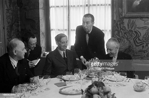 Goncourt Prize 1956 Paris le 3 novembre 1956 chez Bréant la remise du prix Goncourt par les membres du jury au lauréat Romain GARY absent pour son...