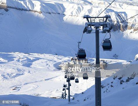 Gondola lift on ski resort at winter sun evening : Stockfoto