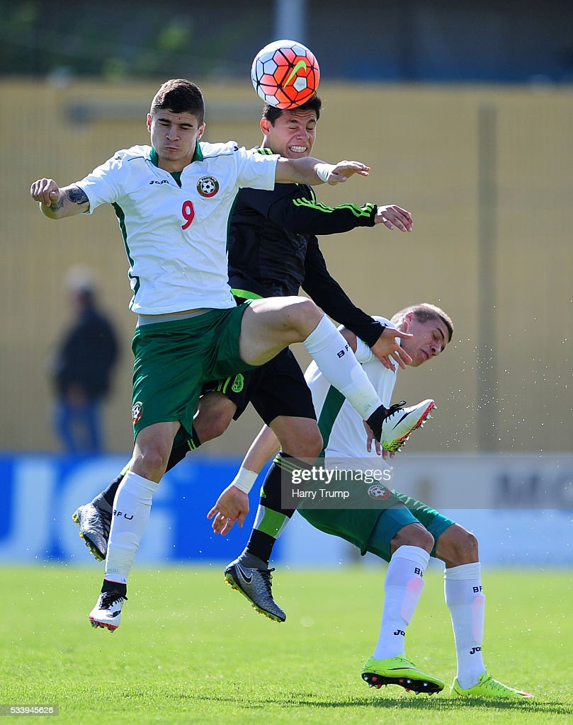 Gonzalez Gonzalez of Mexico challenges for the high ball with Georgi Minchev of Bulgaria during the Toulon Tournament match between Bulgaria and Mexico at Stade Perruc on May 24, 2016 in Hyeres, France.