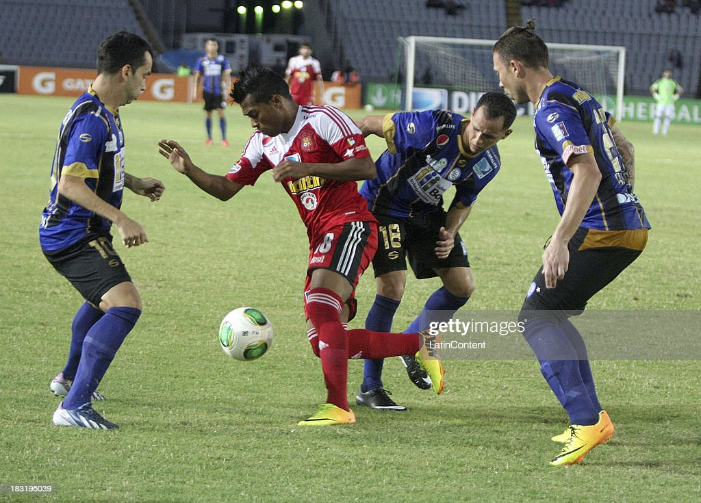 Gonzalez of Caracas FC competes for the ball during a match between AC Mineros de Guayana and Caracas FC as part of the Apertura 2013 at Cachamay Stadium on October 5, 2013 in Puerto Ordaz, Venezuela.