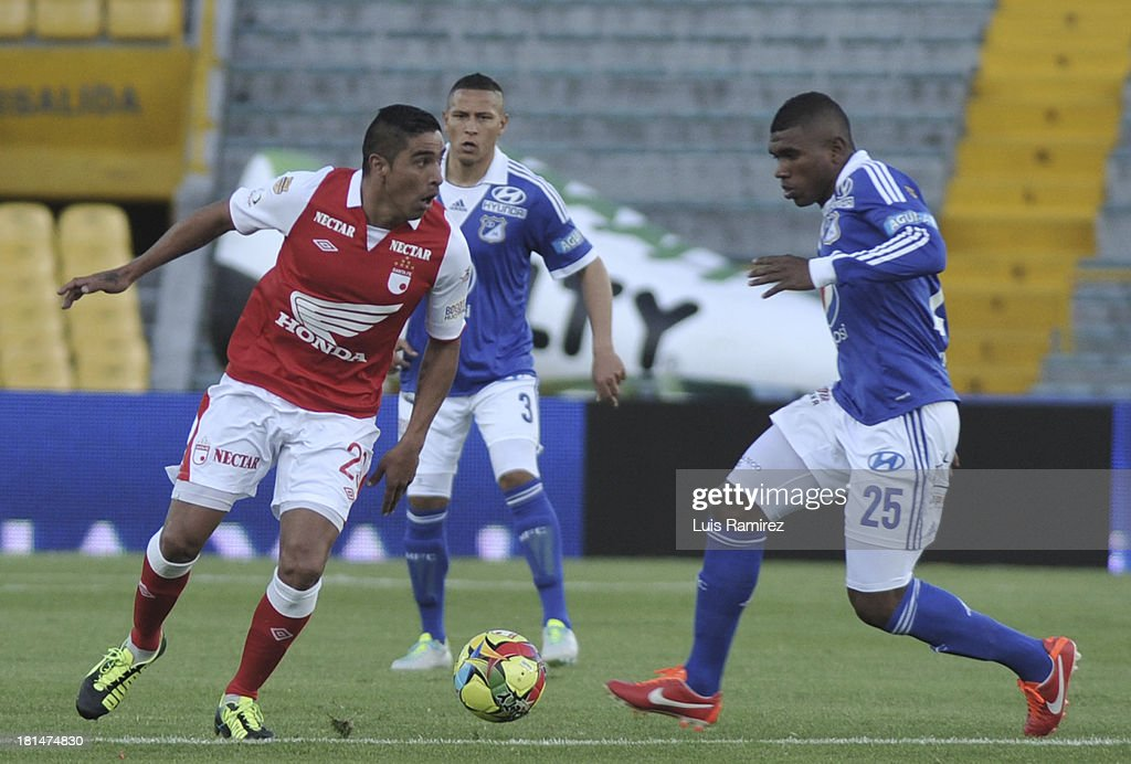 Gonzalez Renteria of Independiente Santa Fe fights for the ball with Elkin Blanco of Millonarios during a match between Independiente Santa Fe and Millonarios as part of the Liga Postobon II at Nemesio Camacho Stadium on September 21, 2013 in Bogota, Colombia.