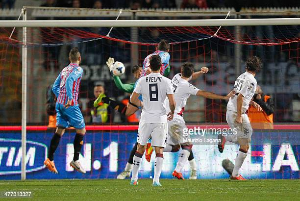 Gonzalo Bergessio of Catania scores the equalizing goal during the Serie A match between Calcio Catania and Cagliari Calcio at Stadio Angelo...