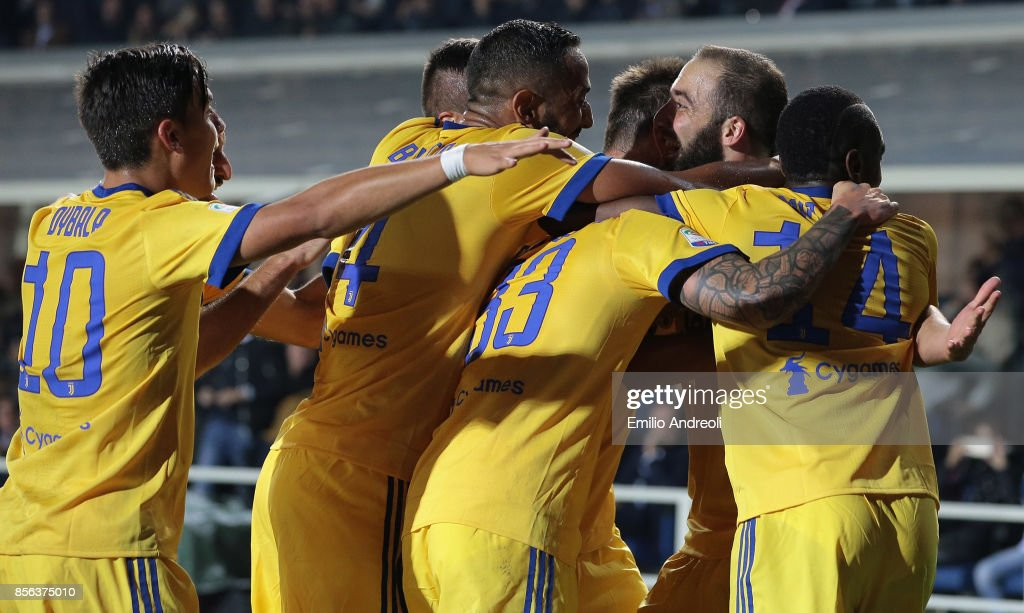 Gonzalo Higuain (2nd R) of FC Juventus celebrates his goal with his team-mates during the Serie A match between Atalanta BC and Juventus at Stadio Atleti Azzurri d'Italia on October 1, 2017 in Bergamo, Italy.