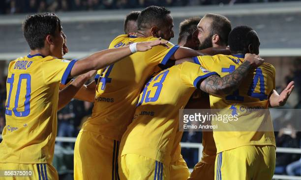 Gonzalo Higuain of FC Juventus celebrates his goal with his teammates during the Serie A match between Atalanta BC and Juventus at Stadio Atleti...