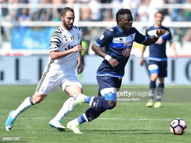 Gonzalo Higuain of Juventus FC and Sulley Muntari of Pescara Calcio in action during the Serie A match between Pescara Calcio and Juventus FC at...