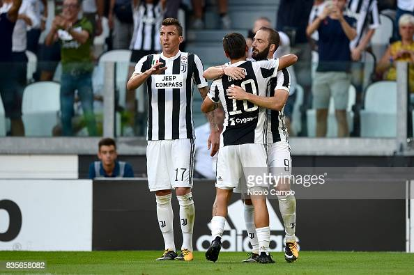 Gonzalo Higuain (R) of Juventus FC celebrates with his team... : News Photo