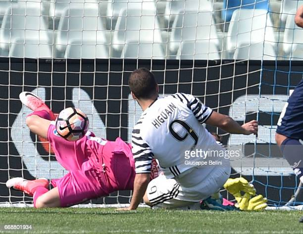 Gonzalo Higuain of Juventus FC scores the goal 02 during the Serie A match between Pescara Calcio and Juventus FC at Adriatico Stadium on April 15...