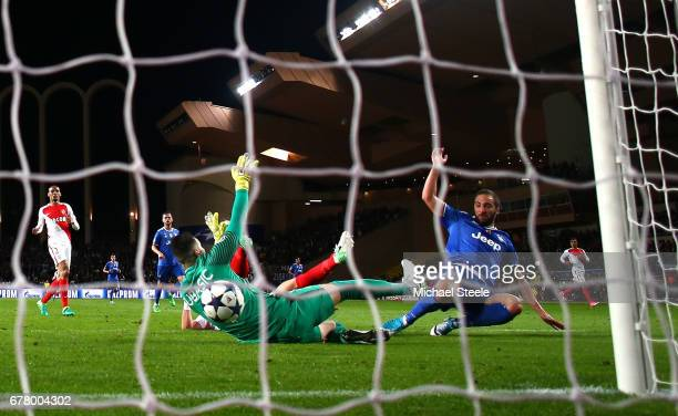 Gonzalo Higuain of Juventus scores his sides second goal past Danijel Subasic of AS Monaco during the UEFA Champions League Semi Final first leg...