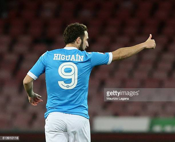 Gonzalo Higuain of Napoli celebrates the equalizing goal during the Serie A match between SSC Napoli and AC Chievo Verona at Stadio San Paolo on...