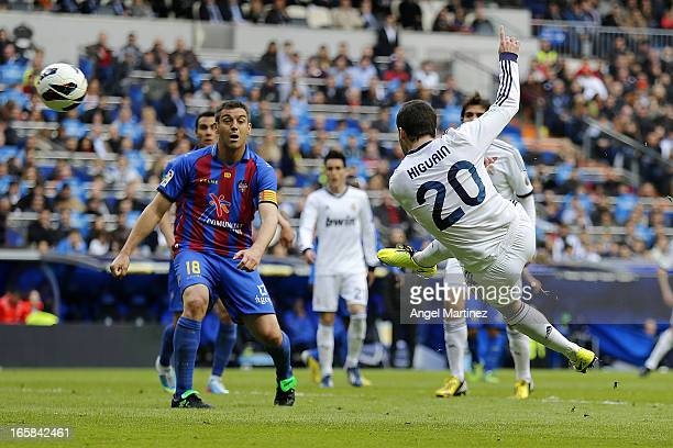 Gonzalo Higuain of Real Madrid scores the equalising goal during the La Liga match between Real Madrid and Levante at Estadio Santiago Bernabeu on...