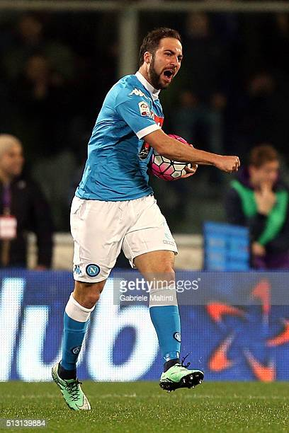 Gonzalo Higuain of SSC Napoli celebrates after scoring a goal during the Serie A match between ACF Fiorentina and SSC Napoli at Stadio Artemio...