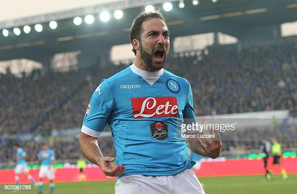 Gonzalo Higuain of SSC Napoli celebrates his goal during the Serie A match between Atalanta BC and SSC Napoli at Stadio Atleti Azzurri d'Italia on...