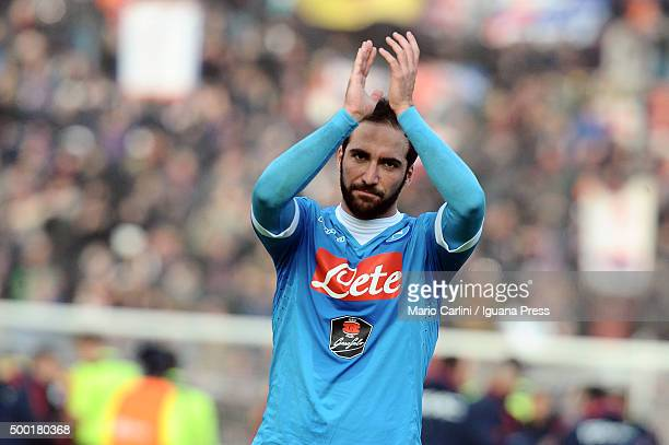 Gonzalo Higuain of SSC Napoli cheers the supporters of SSC Napoli at the end of the Serie A match between Bologna FC and SSC Napoli at Stadio Renato...