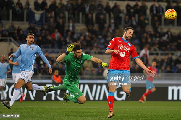 Gonzalo Higuain of SSC Napoli competes for the ball with SS Lazio goalkeeper Federico Marchetti during the Serie A match between SS Lazio and SSC...