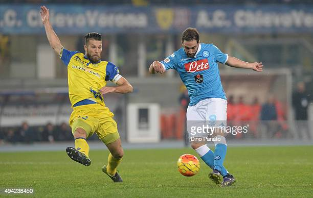 Gonzalo Higuain of SSC Napoli scores his opening goal during the Serie A match between AC Chievo Verona and SSC Napoli at Stadio Marc'Antonio...