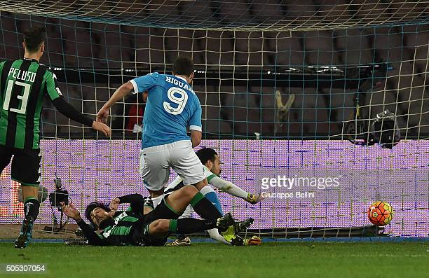 Gonzalo Higuain of SSC Napoli scores the goal 21 during the Serie A match between SSC Napoli and US Sassuolo Calcio at Stadio San Paolo on January 16...