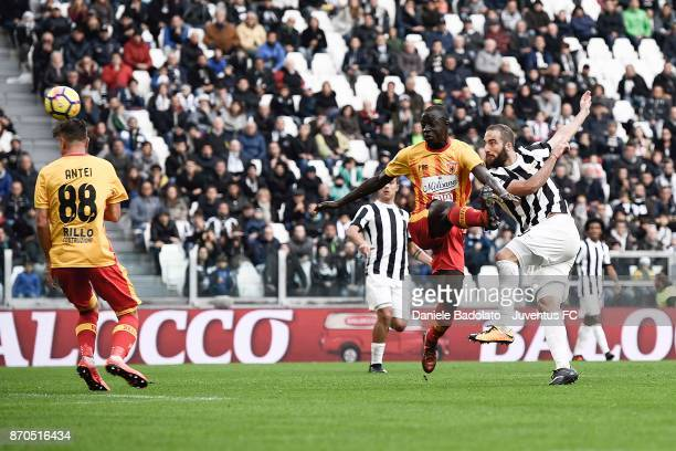 Gonzalo Higuain scores the goal of 11 during the Serie A match between Juventus and Benevento Calcio on November 5 2017 in Turin Italy