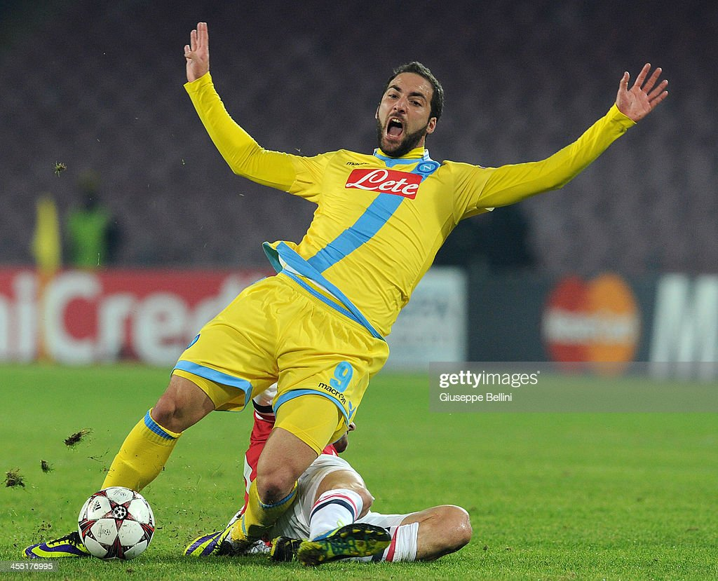 Gonzalo Igain of Napoli and <a gi-track='captionPersonalityLinkClicked' href=/galleries/search?phrase=Tomas+Rosicky&family=editorial&specificpeople=213988 ng-click='$event.stopPropagation()'>Tomas Rosicky</a> of Arsenal in action during the UEFA Champions League Group F match between SSC Napoli and Arsenal at Stadio San Paolo on December 11, 2013 in Naples, Italy.