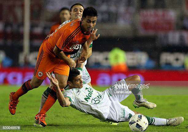 Gonzalo Martinez of River Plate dribbles past Alexis Niz of Sarmiento during a match between River Plate and Sarmiento as part of Torneo Transicion...