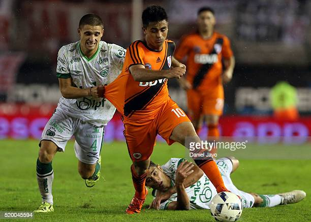 Gonzalo Martinez of River Plate dribbles past Fermin Antonini of Sarmiento during a match between River Plate and Sarmiento as part of Torneo...